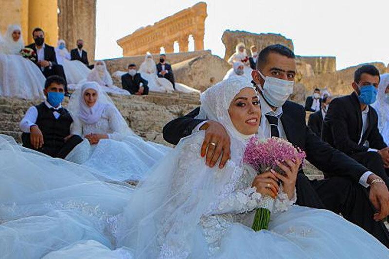 ببینید ، عروسی در بحبوحه کرونا؛ عکس یادگاری در شهر تاریخی بعلبک