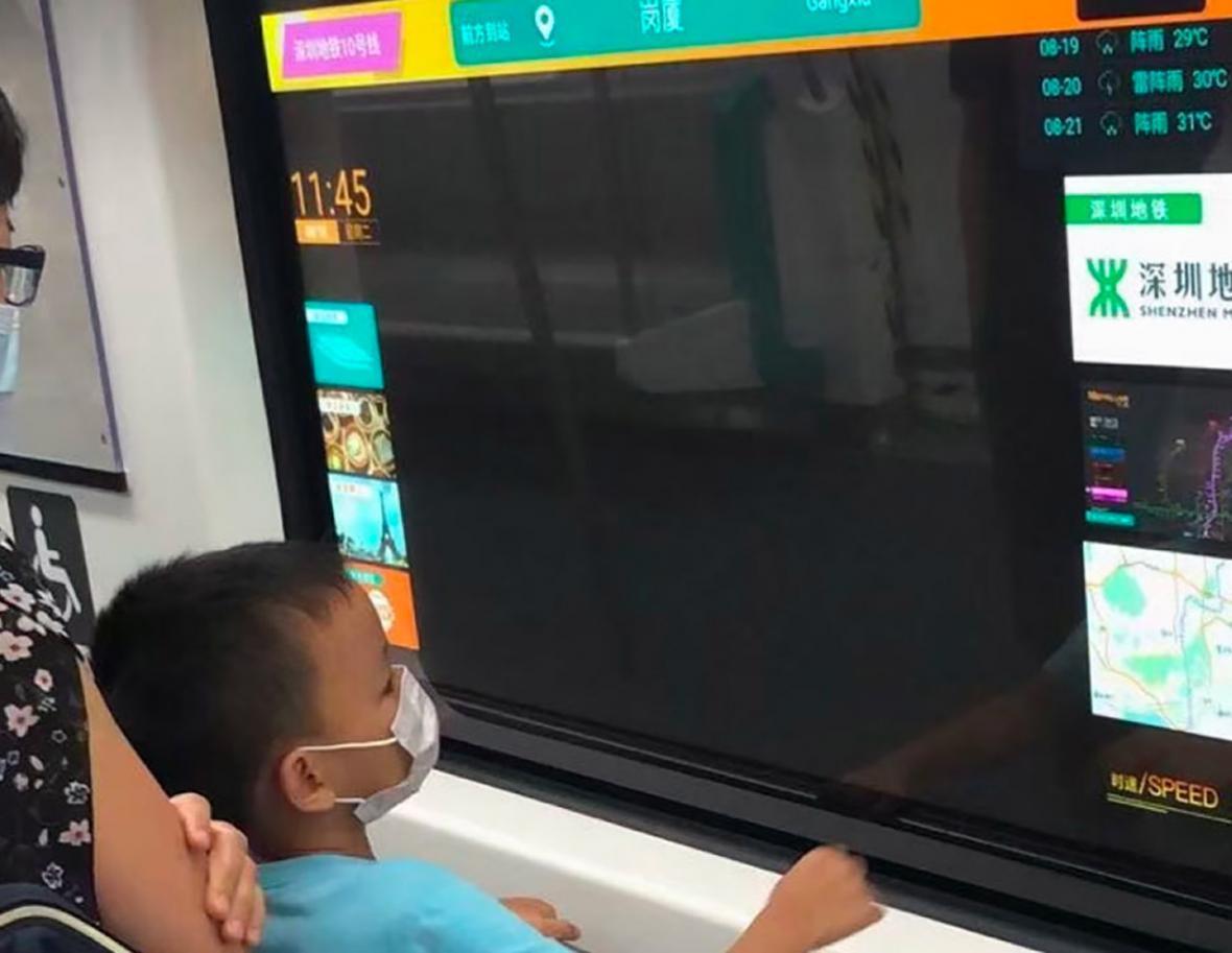 نصب نمایشگرهای شفاف در مترو چین